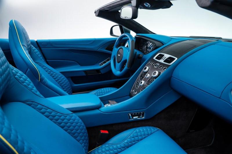 Tông màu xanh dương phủ đầy nội thất xe chiếc Aston Martin