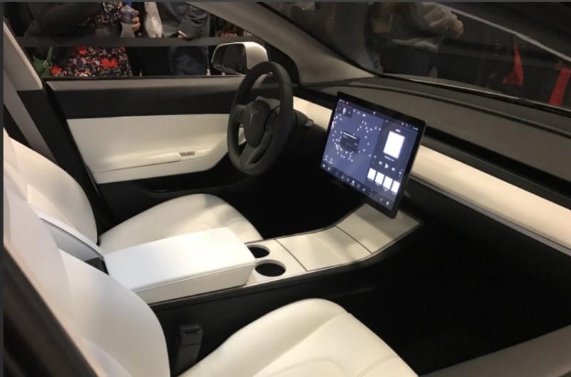 Bên trong nội thất xe Tesla với tông kem và đen