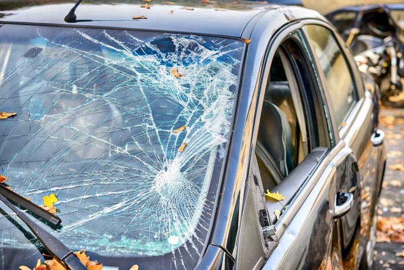 Kính trước xe ô tô có cấu tạo 3 lớp giữa là lớp keo chịu lực