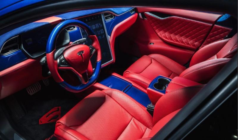Mẫu nội thất thiết kế kiểu người nhện tông xanh dương đỏ trong xe
