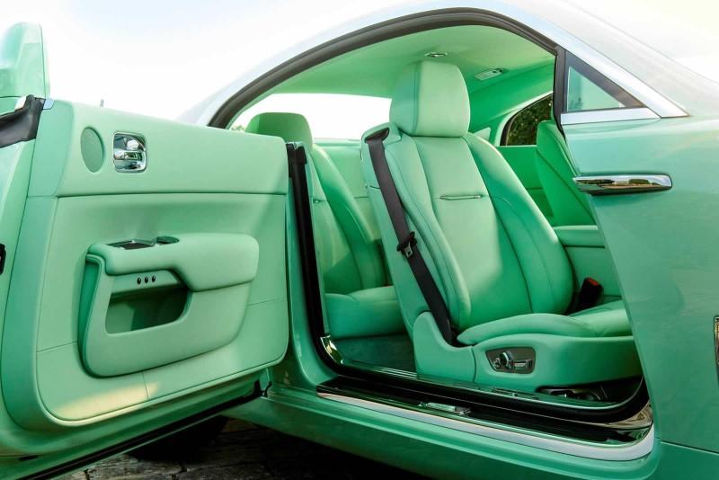 Chiếc Rolls Royce bọc da nội thất ô tô tông xanh lá cây chủ đạo