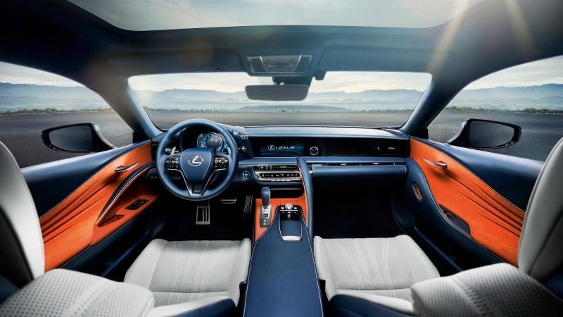 Nhìn từ bên trong qua phía lăng kính với nội thất xe màu trắng cam Lexus IC 500