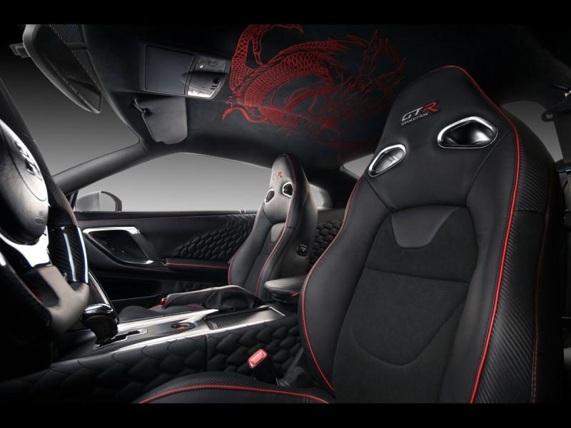 Nội thất xe với màu đen ma mị