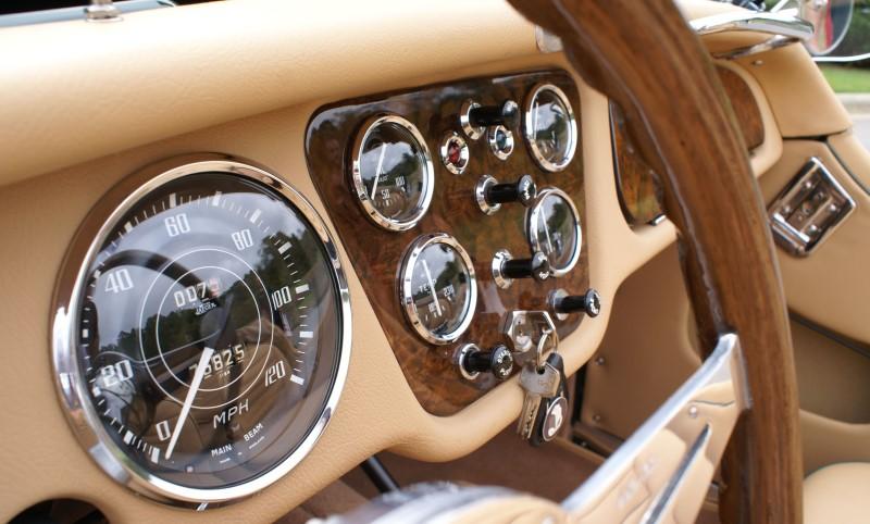 Bề mặt táp lô xe cổ với các đồng hồ cơ và nút cơ
