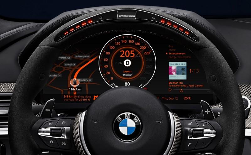 Bề mặt táp lô xe hiện đại với các mặt đồng hồ kỹ thuât số