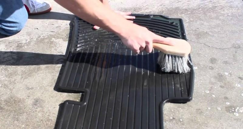 cách vệ sinh thảm lót sàn ô tô bằng nhựa