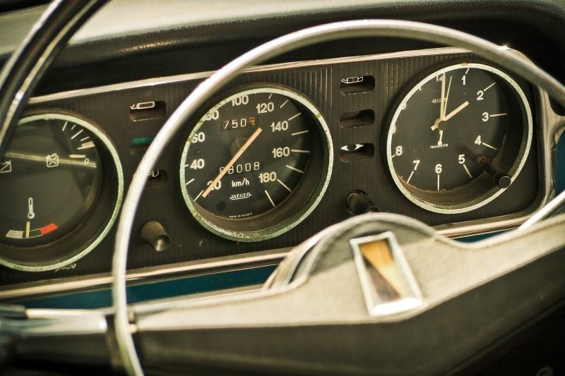 Đồng hồ công tơ mét kiểu cơ trên dòng xe bốn bánh cũ