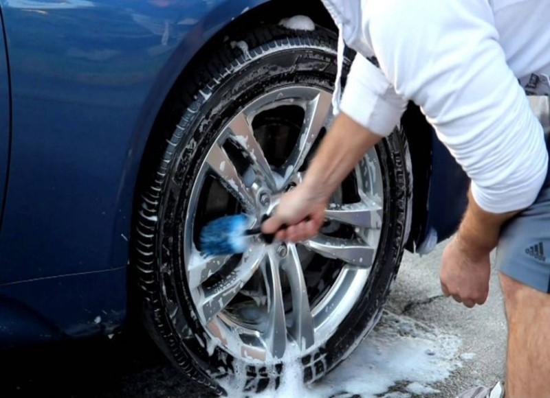 Dùng khăn và vòi chùi sạch vành bánh xe bằng kim loại