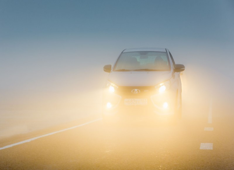 Khi đi trong điều kiện thời tiết đầy sương mù thì cần dùng đèn