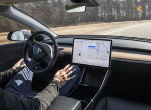 Những người lái xe tesla ít xem đường khi dùng tự động